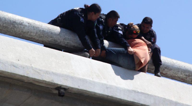 Evitan policías de Escobedo que hombre se arroje de puente