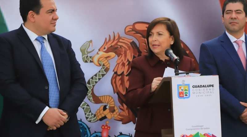 Abandera Cristina Díaz a 100 escuelas por Día de la Bandera